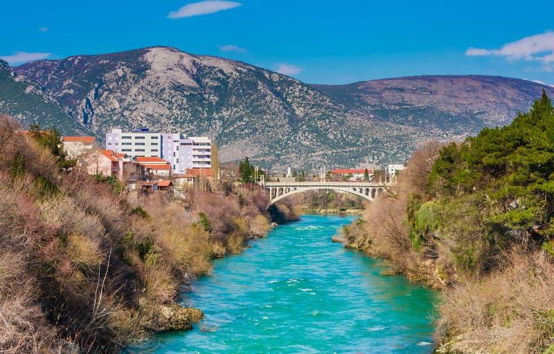 Stadt von Mostar auf dem Neretva-Fluss, Bosnien Herzegovina stockfotos