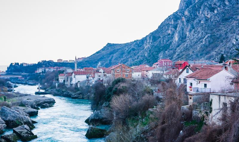 Stadt von Mostar auf dem Neretva-Fluss, Bosnien Herzegovina stockbilder