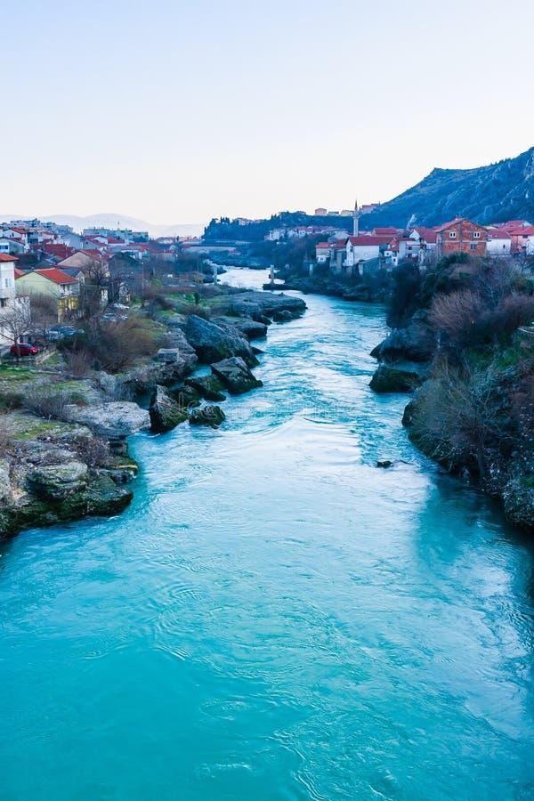 Stadt von Mostar auf dem Neretva-Fluss, Bosnien Herzegovina stockfoto