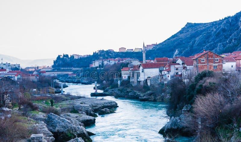 Stadt von Mostar auf dem Neretva-Fluss, Bosnien Herzegovina lizenzfreie stockbilder