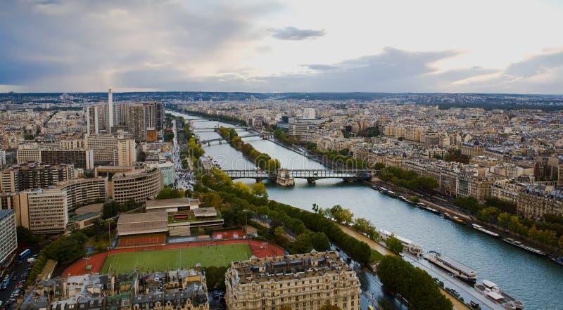 Stadt von Paris-und Seine-Fluss von der Höhe oben stockfoto