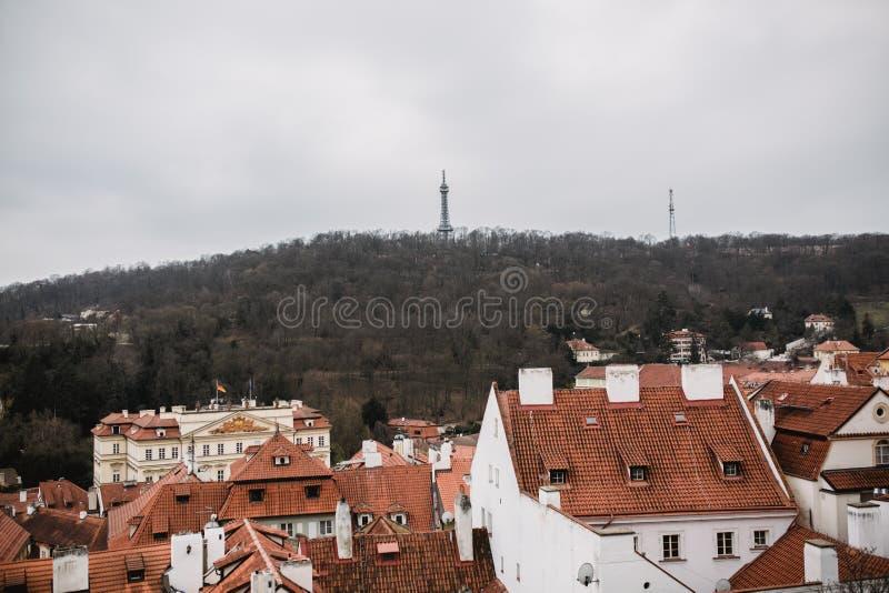 Stadt von Prag mit roten Dächern und von Kirche im Nebel Stadtansicht alter Stadt Prag Rustikales graues Farbtonen lizenzfreie stockbilder