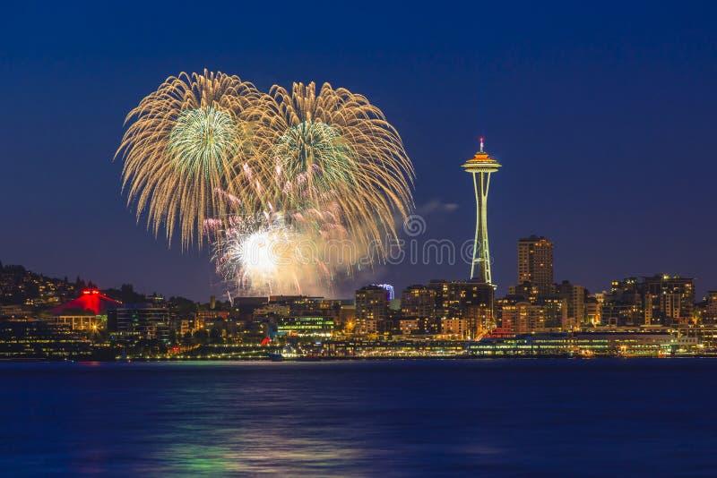 Stadt von Seattle und von Feuerwerken lizenzfreie stockfotografie