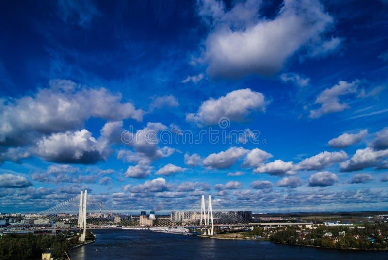 Stadt von St Petersburg, eine schöne Ansicht der Stadt von einem ungewöhnlichen Winkel lizenzfreies stockfoto