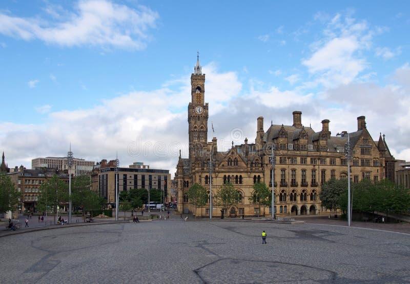 Stadtansicht auf den 100. Platz in Bradford West Yorkshire mit den Menschen sitzen und gehen vorbei an Rathaus und Stadtzentrum lizenzfreie stockfotos