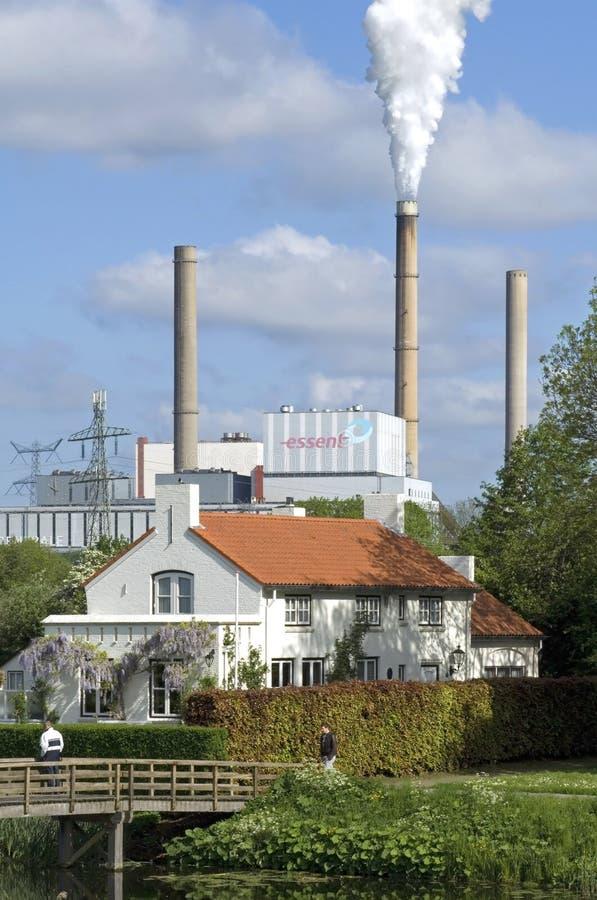 Stadtansicht mit wesentlichem Kraftwerk und Park stockfotos