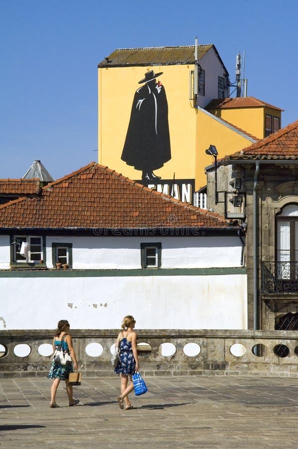 Stadtansicht Porto mit Frauen und Logo Sandeman lizenzfreie stockfotos