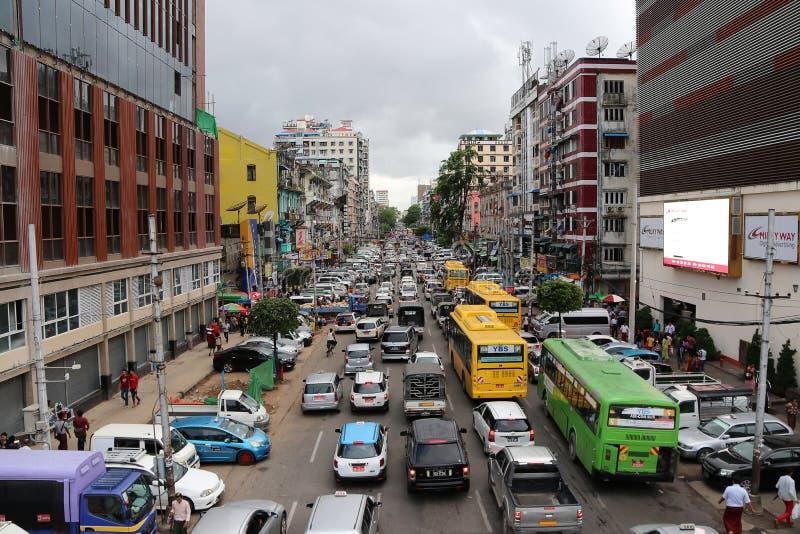 Stadtansicht von Anawrahta Rd Viel hohes Gebäude und viele Autos, im Stoßverkehrstau am schwersten lizenzfreie stockbilder