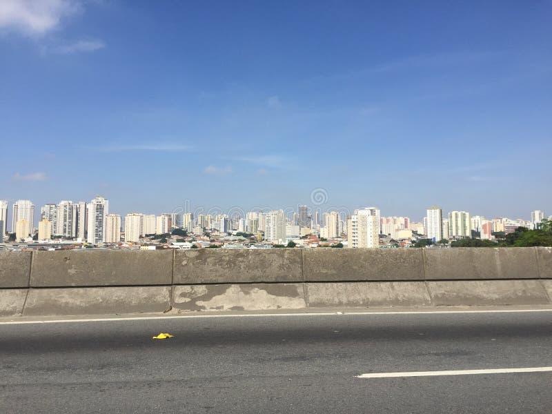 Stadtansicht von einer Landstraße stockbild