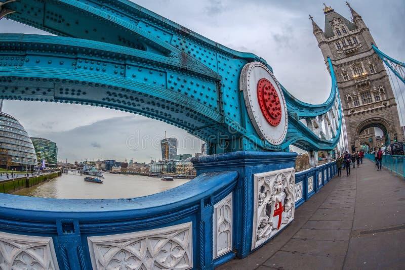 Stadtansicht von London über der Themse von der Turm-Brücke stockfoto