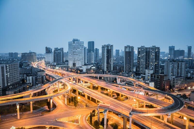 Stadtaustauschnahaufnahme im Einbruch der Nacht stockbilder