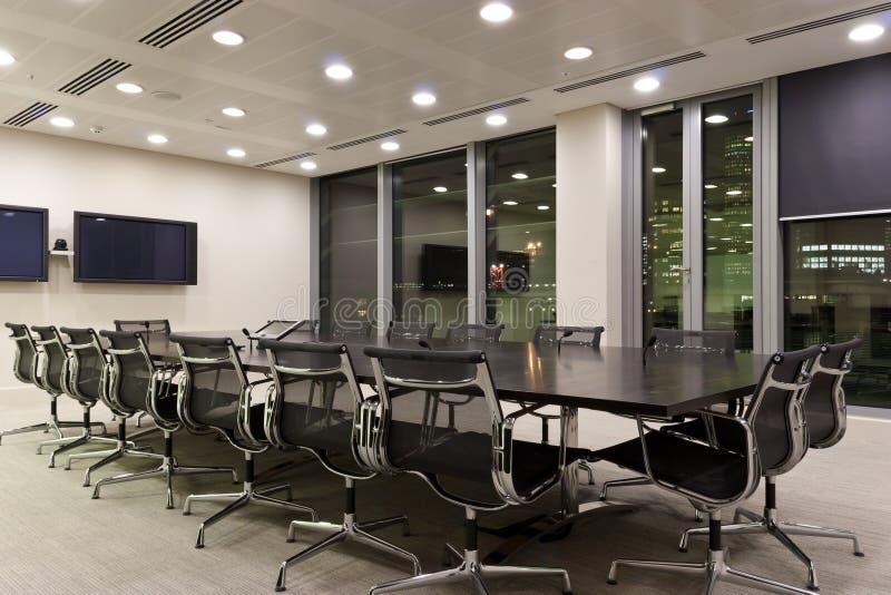 Stadtbüro-Konferenzzimmer nachts lizenzfreies stockfoto