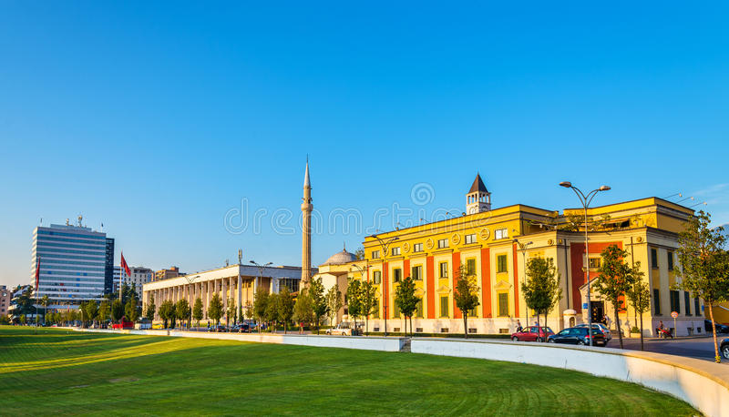 Stadtbezirk von Tirana und von Palast der Kultur lizenzfreies stockbild