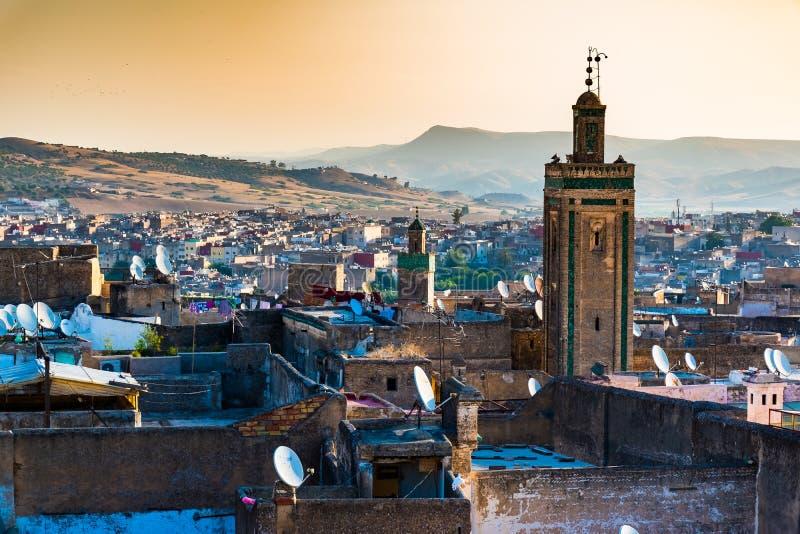 Stadtbild-Ansicht über die Dachspitzen von größtem Medina in Fes, Marokko, Afrika lizenzfreie stockfotografie