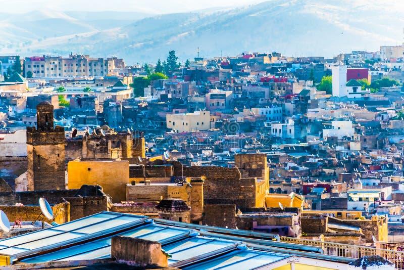 Stadtbild-Ansicht über die Dachspitzen von größtem Medina in Fes, Marokko, Afrika stockfotos