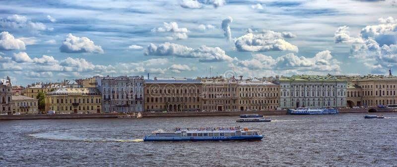 Stadtbild, Ansicht des Neva-Flusses, Architektur und das hydrofo lizenzfreies stockbild