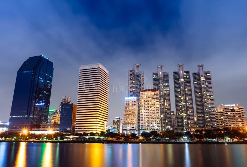Stadtbild Bangkoks Thailand mit Wasserreflexion stockbilder