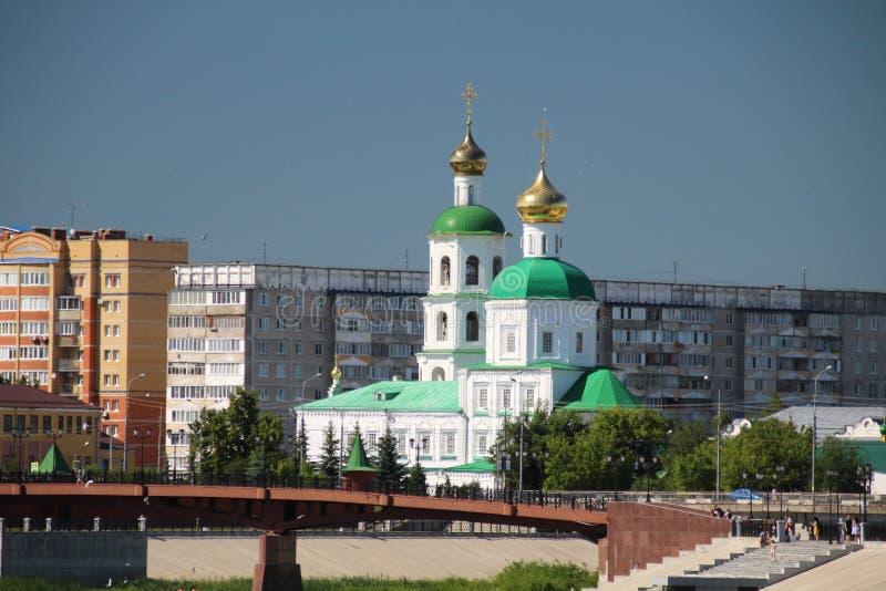 Stadtbild, das den Tempel und die Brücke im Yoshkar-Ola übersieht stockfotografie