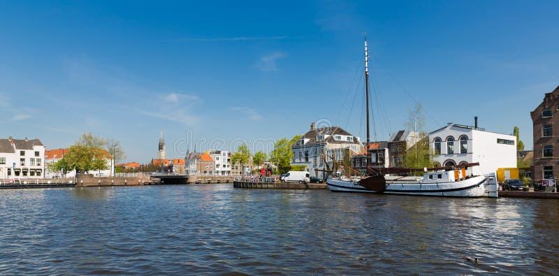 Stadtbild der alten historischen niederländischen Stadt Delft stockfotos