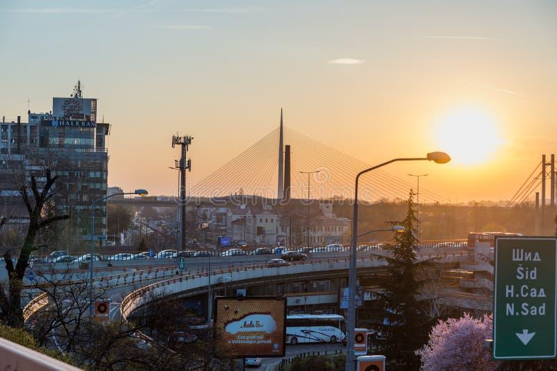 Stadtbild der beschäftigten Brücke mit Stau und der Autos mit Sonnenlicht vom Sonnenuntergang in der städtischen Stadt von Belgra lizenzfreie stockfotografie
