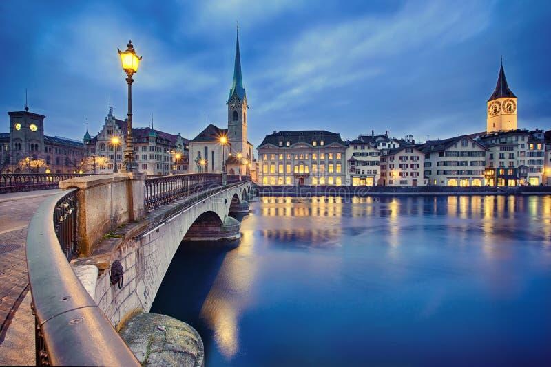 Stadtbild der Nacht Zürich, die Schweiz lizenzfreie stockfotos