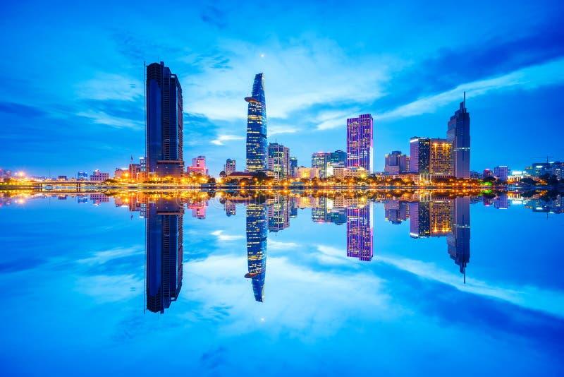 Stadtbild in der Reflexion von Ho Chi Minh-Stadt an der schönen Dämmerung, angesehen über Saigon-Fluss lizenzfreie stockfotografie