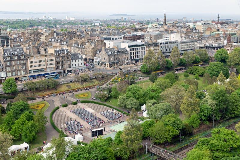 Stadtbild Edinburgh mit Prinzen Street arbeitet, Vogelperspektive vom Schloss im Garten stockbild
