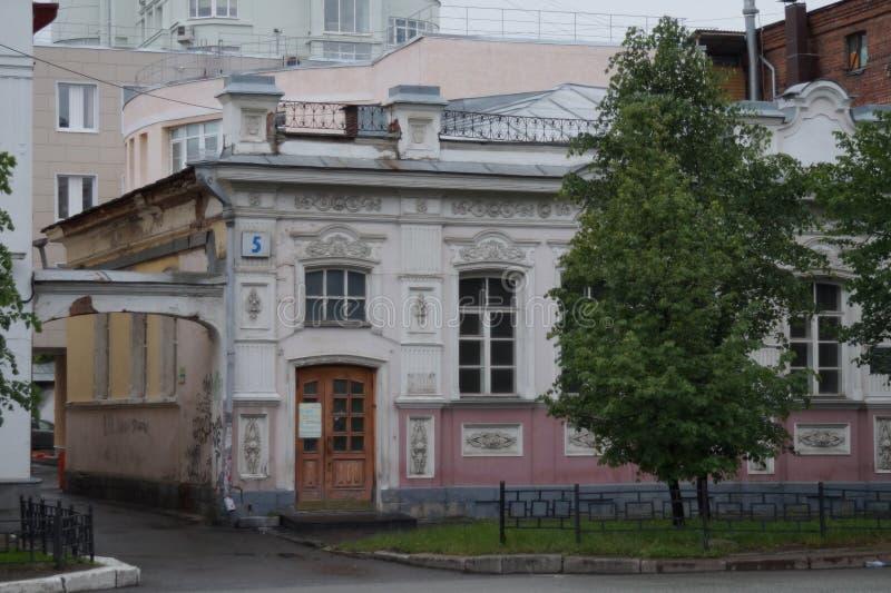 Stadtbild: Fragment der Straße des Hauses 5B Pushkin Laubsägearbeit- und Dekorationselemente von Gebäuden lizenzfreies stockbild