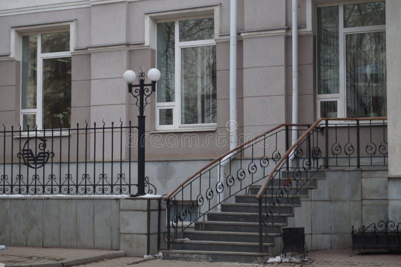 Stadtbild: Fragmente von Häusern auf Pushkin-Straße Werfen und geschmiedete Elemente des Dekors der Gebäude stockfotos
