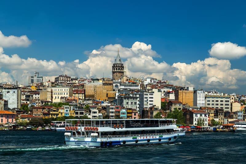 Stadtbild Galata-Turm von der Küste von Eminonu Istanbul, die Türkei lizenzfreie stockbilder