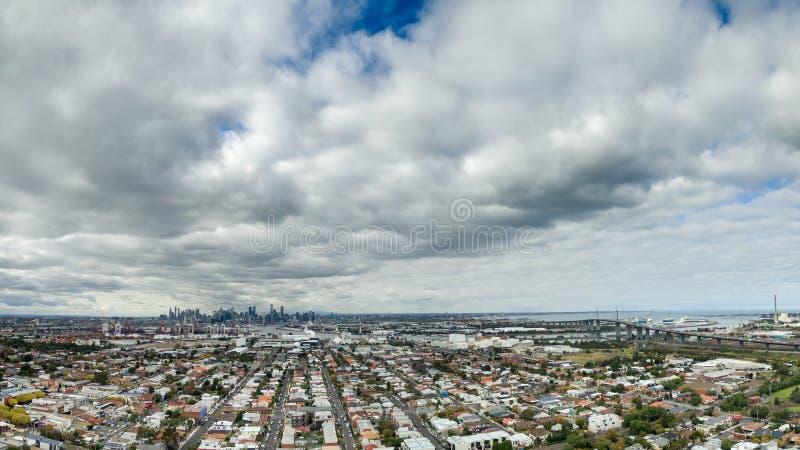 Stadtbild Melbourne mit West Gate Bridge lizenzfreie stockfotografie