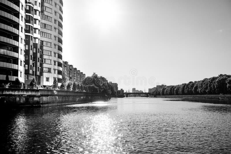 Stadtbild mit Ansicht des Flusses und der Architektur der Stadt in Schwarzweiss stockfotografie