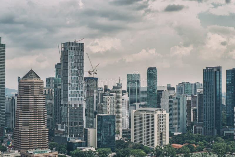 Stadtbild mit bewölktem Himmel und scyscrapers Megapolis Kuala Lumpur, Malaysia stockfoto
