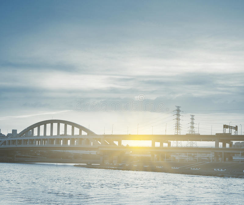 Stadtbild mit Brücke stockbilder