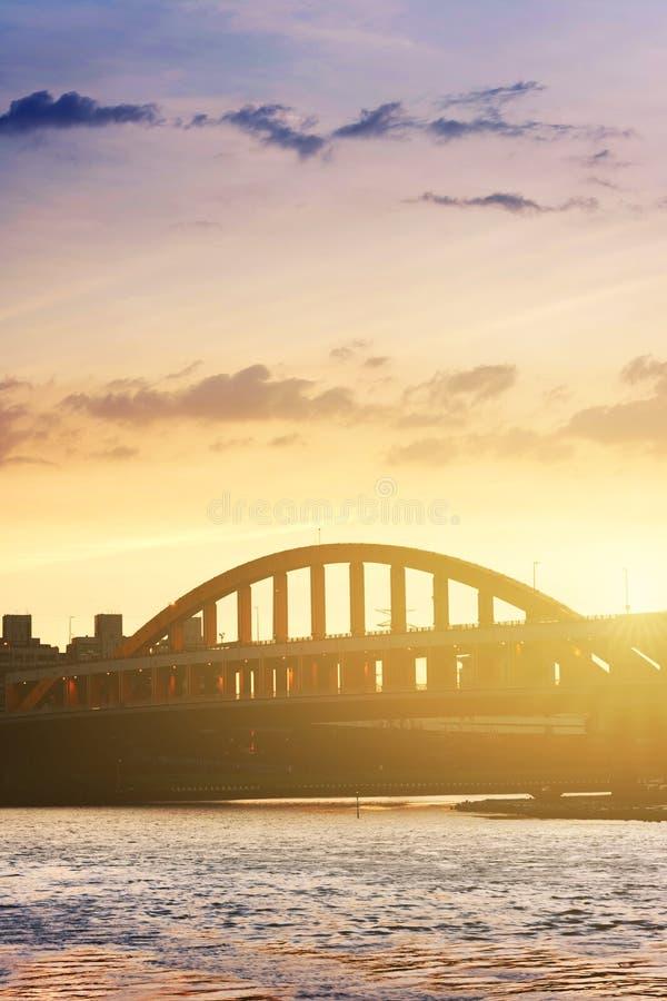 Stadtbild mit Brücke lizenzfreies stockfoto