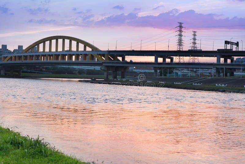 Stadtbild mit Brücke lizenzfreie stockfotos