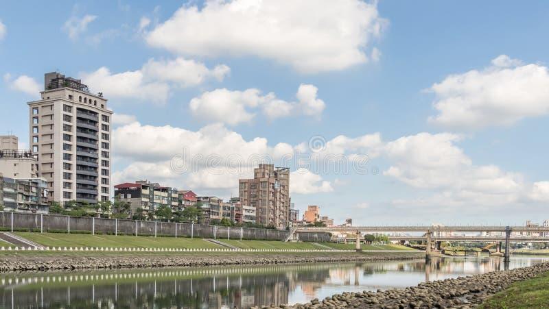 Stadtbild mit Brücke und Fluss stockfotografie