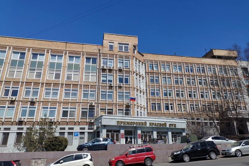 Stadtbild mit dem Gebäude des Büros des Verfolgers von Primorsky Krai auf Fontannaya-Straße stockfoto
