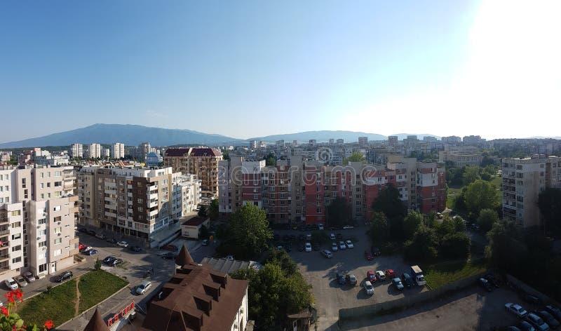 Stadtbild mit einem Berg im Hintergrund stockfotografie