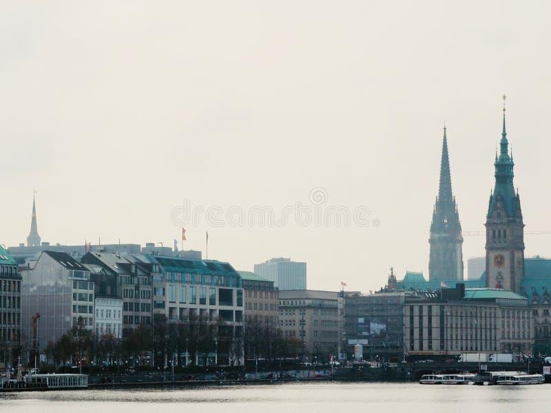 Stadtbild mit Türmen und See stockfotografie