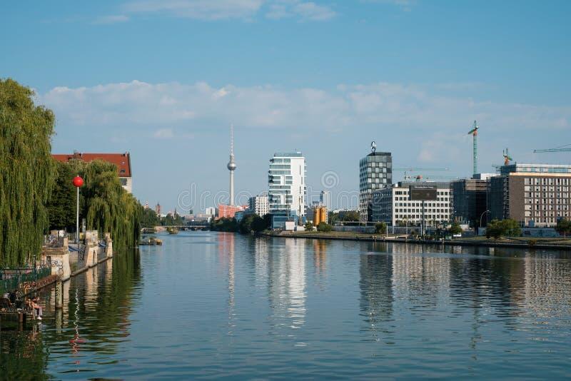Stadtbild von Berlin-Stadt/-ansicht ?ber Fluss Gelage auf Fernsehturm f?r lizenzfreie stockfotos