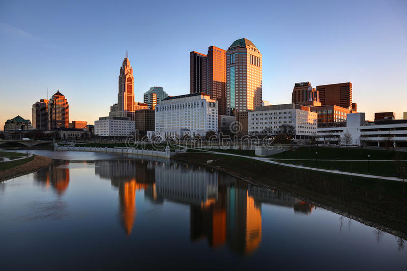 Stadtbild von Columbus Ohio an der Dämmerung stockbilder