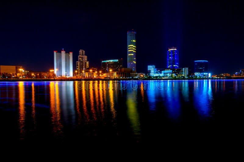 Stadtbild von Jekaterinburg, Russland nachts mit Lichtreflexionen auf Wasser lizenzfreie stockbilder