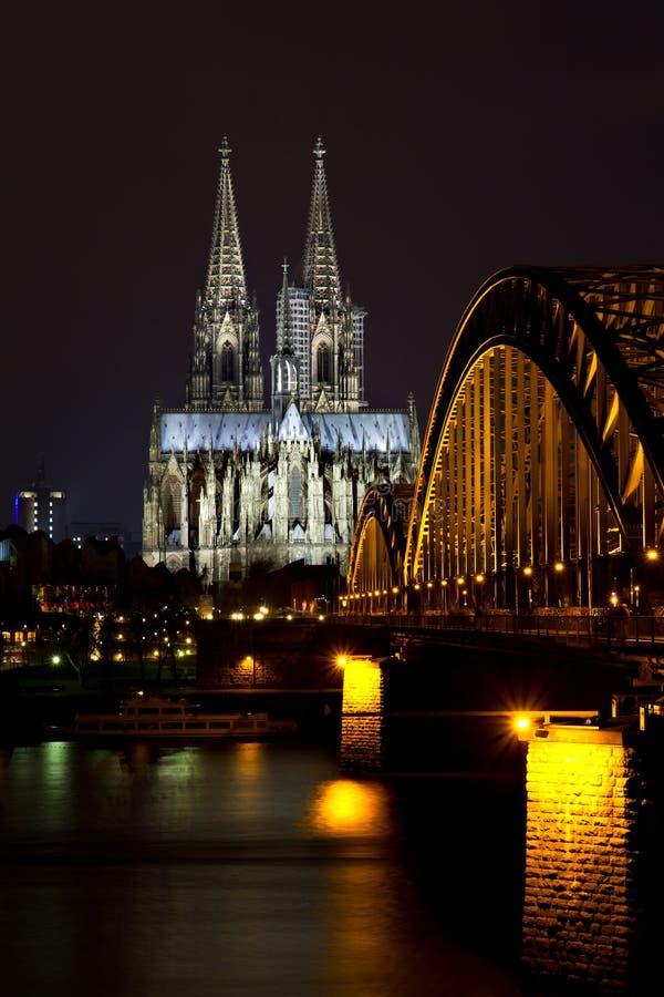 Stadtbild von Köln nachts stockbild