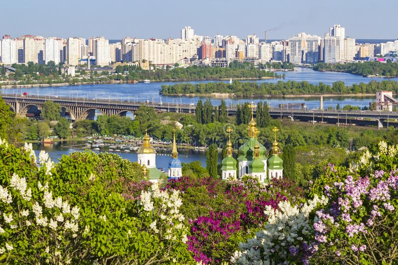 Stadtbild von Kiew mit lila Blüte im Frühjahr lizenzfreie stockbilder