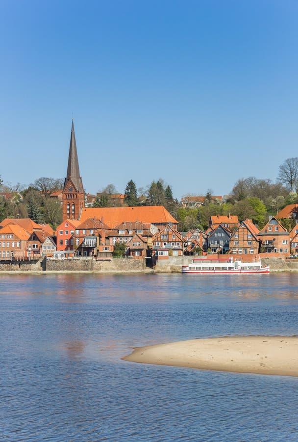 Stadtbild von Lauenburg in dem Fluss Elbe in Schleswig-Holstein stockfoto