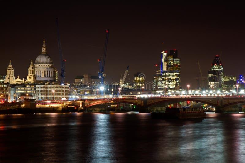 Stadtbild von London mit Kathedrale Str.-Paul lizenzfreies stockfoto