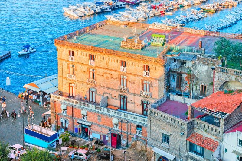 Stadtbild von Marina Grande mit Häusern und von Hafen in Sorrent lizenzfreies stockfoto