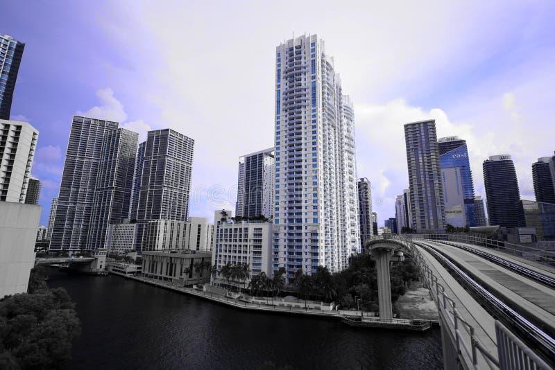 Stadtbild von Miami-Skylinen mit hohen Gebäuden und von Zug-Brücke über dem Fluss in Brickell stockfotografie
