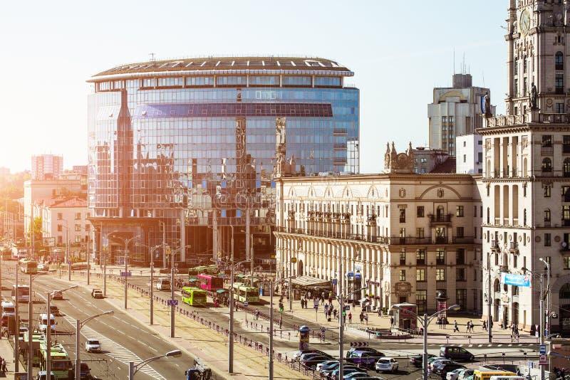 Stadtbild von Minsk, Weißrussland Sommersaison und Sonnenuntergangzeit Ansicht der zentralen Allee und des Hauptbahnhofs stockbilder